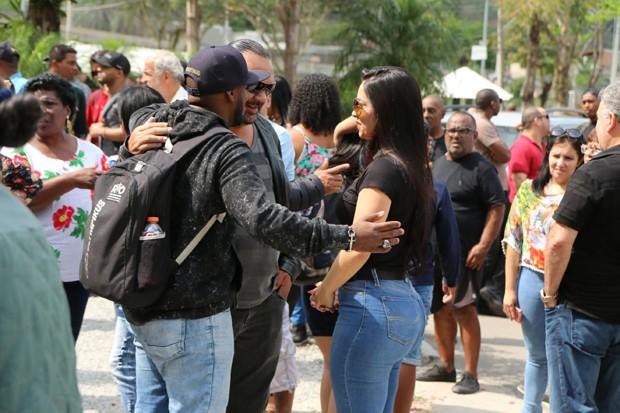 Amigos e familiares no enterro de Mr. Catra (Foto: Daniel Pinheiro/AgNews )