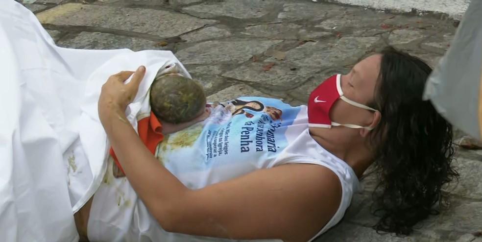Mulher dá à luz em calçada a caminho de hospital, em João Pessoa — Foto: Reprodução/TV Cabo Branco