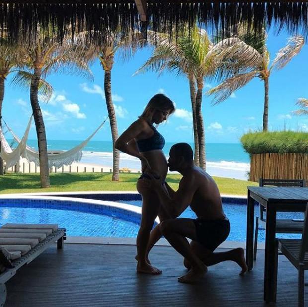 Bella Falconi recebendo um beijo na barriga do marido, Maguila (Foto: Reprodução/Instagram)