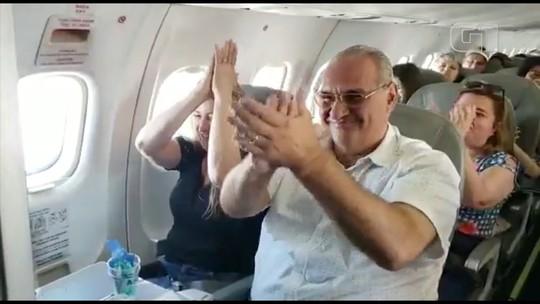 Piloto de avião faz homenagem aos pais durante voo no interior de SP e vídeo viraliza na web