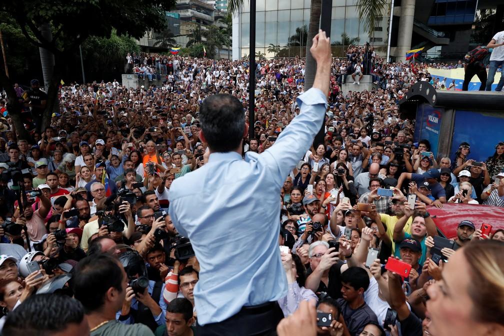 Juan Guaidó participa de novo dia de protestos na Venezuela contra regime de Nicolás Maduro. País vive apagão há quase uma semana — Foto: Carlos Garcia Rawlins/Reuters