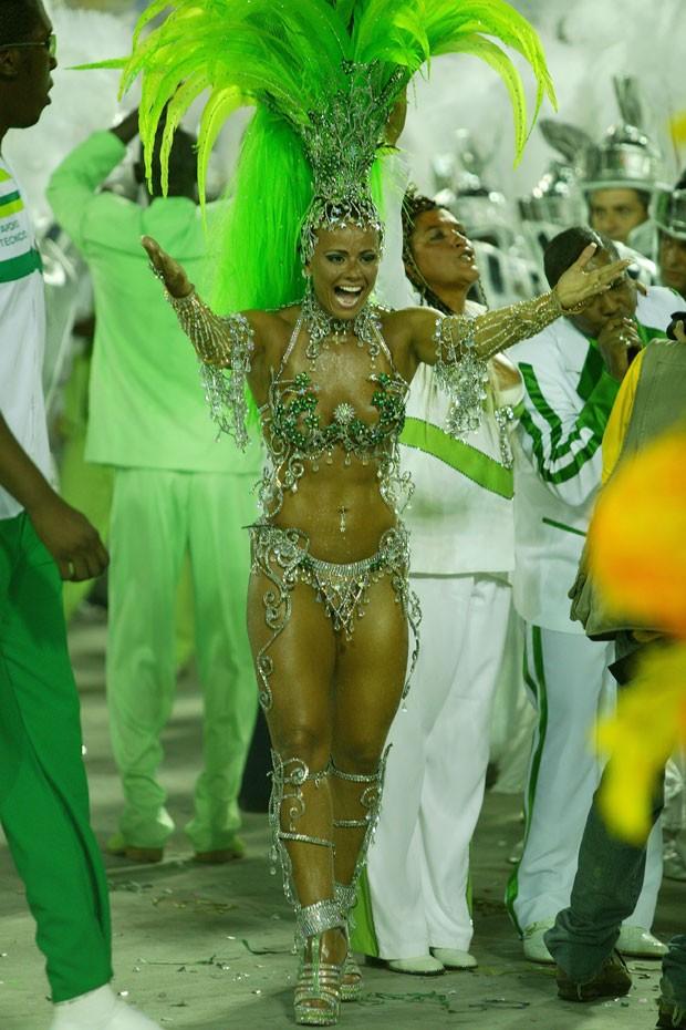Viviane Araújo como rainha de bateria da Mocidade Independente de Padre Miguel no Carnaval 2006 (Foto: Leonardo Aversa/Agência O Globo)
