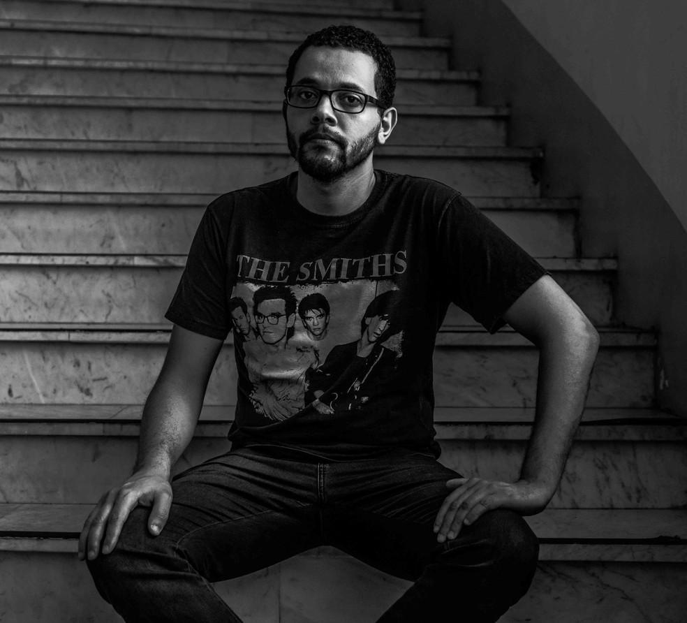 Livro vencedor será publicado neste ano. Tônio concilia a literatura com o trabalho no serviço público de Porto Alegre  — Foto: Cláudio Macedo