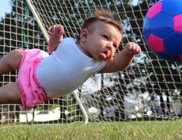 A filha de Matt, Ella, defendendo um gol (Foto: Matt Macmakesstuff/Reprodução Instagram)