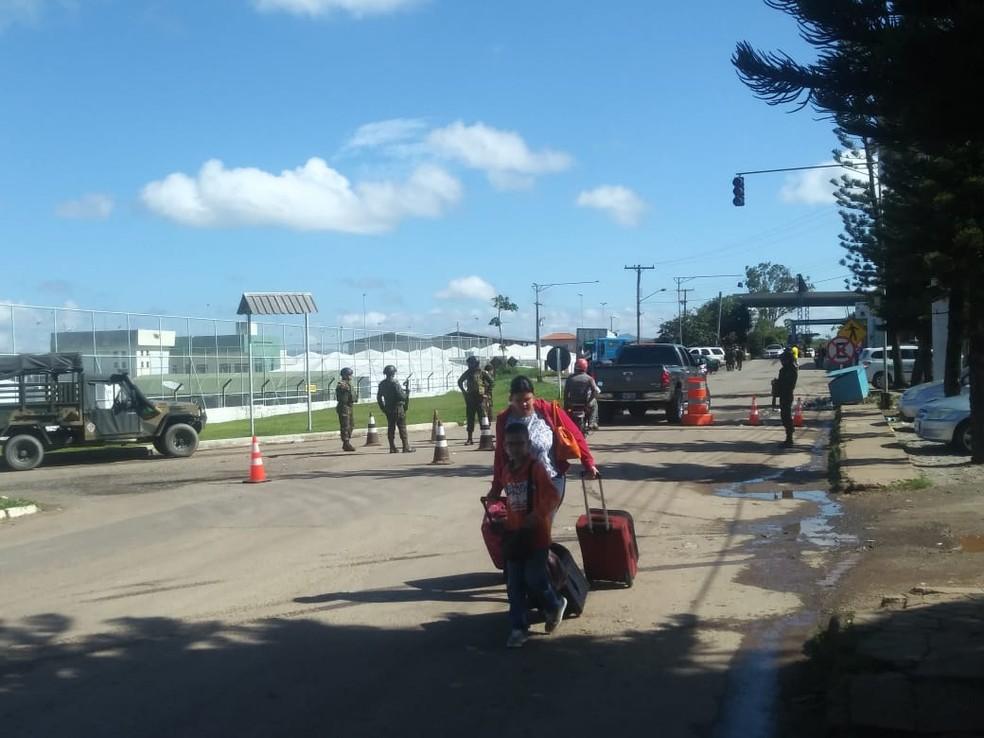Neste domingo (19), venezuelanos continuam cruzando a fronteira do Brasil, mas fluxo caiu pela metade, segundo o Exército (Foto: Jackson Félix/G1 RR)