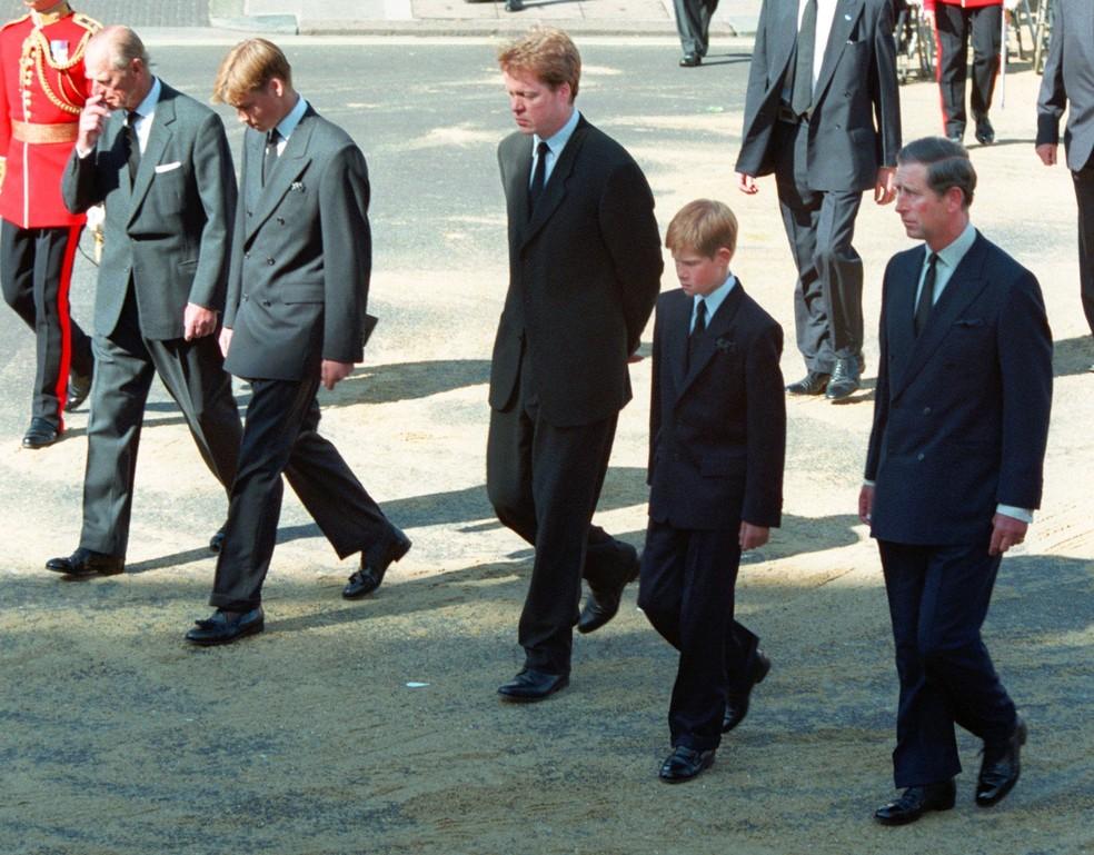Príncipe William e Príncipe Harry acompanham o pai no velório da mãe, Princesa Diana em 1997. Na foto também, Príncipe Philip e Earl Spencer — Foto: AP Photo/David Brauchli
