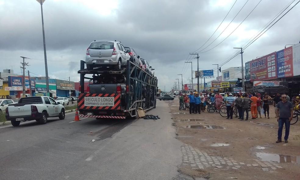 Mulher morreu depois de ser atropelada por caminhão cegonha em Parnamirim — Foto: Kleber Teixeira/Inter TV Cabugi