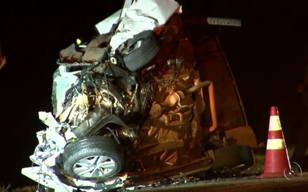 Veículos ficaram completamente destruídos (Foto: Reprodução/TV Tem)