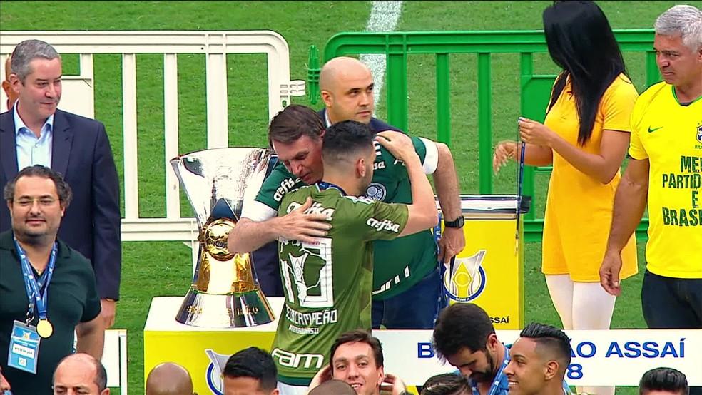 Bolsonaro abraça o capitão do Palmeiras, Bruno Henrique — Foto: Reprodução