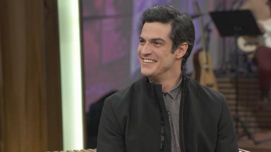 Mateus Solano conta que ainda recebe agradecimentos por beijo em Thiago Fragoso em novela