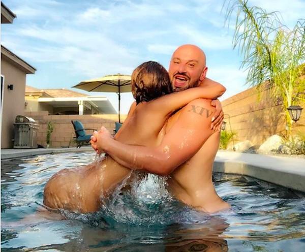 A cantora Mel B pelada dentro de uma piscina na companhia do melhor amigo (Foto: Instagram)