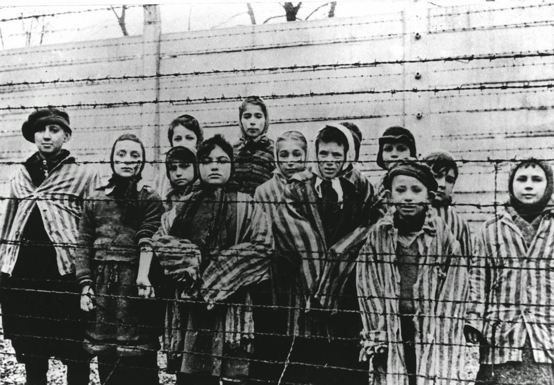 Crianças fotografadas em campo de concentração (Foto: Reprodução)