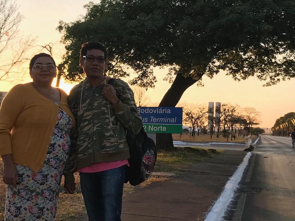 Casal Marlene Freitas e Abraão Cardoso chegando à Esplanada para desfile de 7 de setembro (Foto: Maria Fernanda Soares/TV Globo)