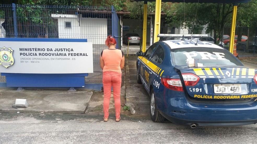 Mulher detida com drogas dentro de ônibus em Itapemirim, ES (Foto: Divulgação/PRF-ES)