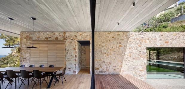 As divisórias são feitas por meio de grades e portas de correr, que borram os limites entre o interior e o exterior (Foto: Nordest Arquitectura/ Reprodução)
