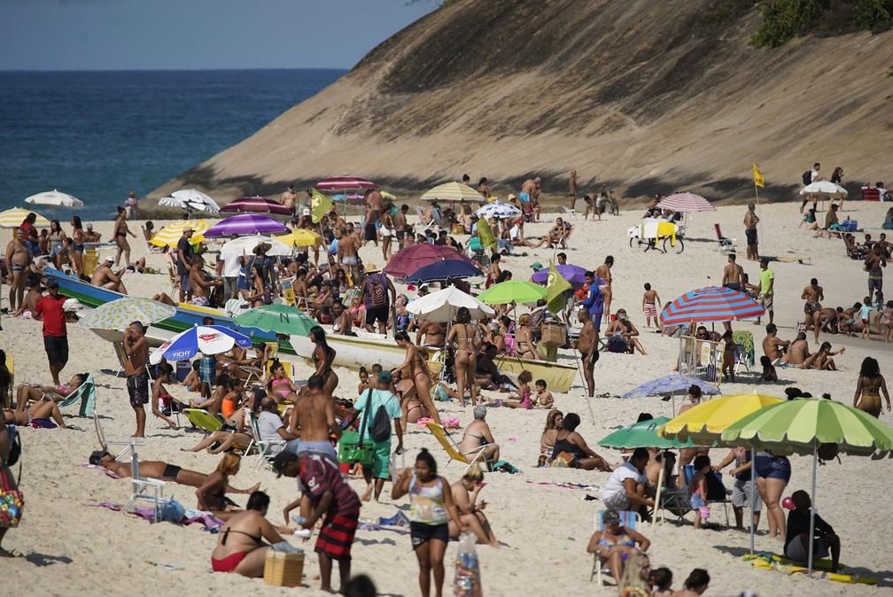 Banhistas tomam areia da Praia do Pontal, na Zona Oeste do Rio  — Foto: Marcos Serra Lima/G1