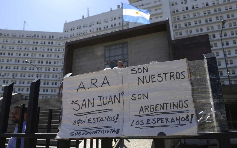 Cartazes sobre o desaparecimento do submarino em imagem de 23 de novembro de 2017 — Foto: Juan Mabromata / AFP Photo