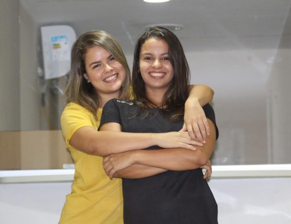 Viviane Calado, 25, e Cinthia Carvalho, 27, estão dispostas a participar do casamento LGBT coletivo em dezembro — Foto: Aldo Carneiro/Pernambuco Press