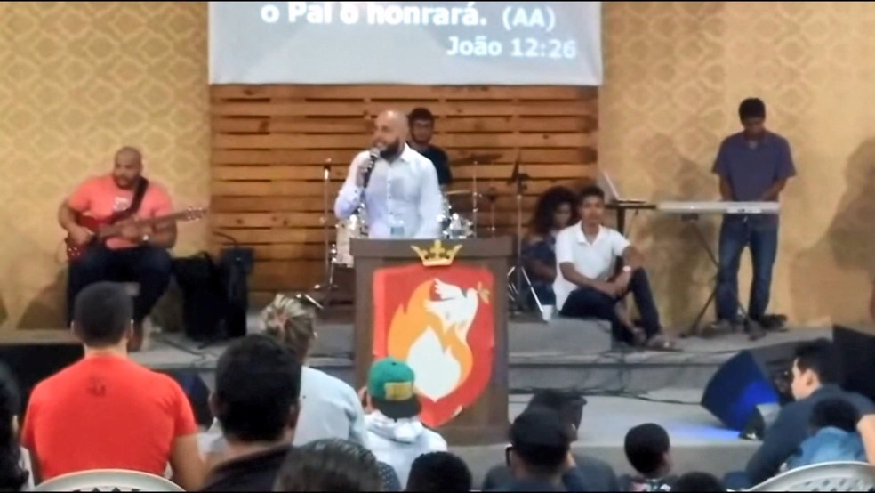 Pastor George em culto, um dia depois da morte do filho e do enteado, no Espírito Santo (Foto: Reprodução/ TV Gazeta)