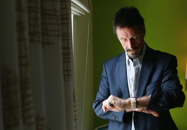 O magnata John McAfee em um quarto de hotel em 2012 (Foto: Joe Raedle/Getty Images)