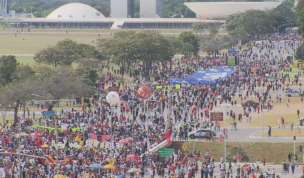 Manifestantes fazem ato contra Bolsonaro e a favor da vacina em Brasília — Foto: TV Globo/Reprodução