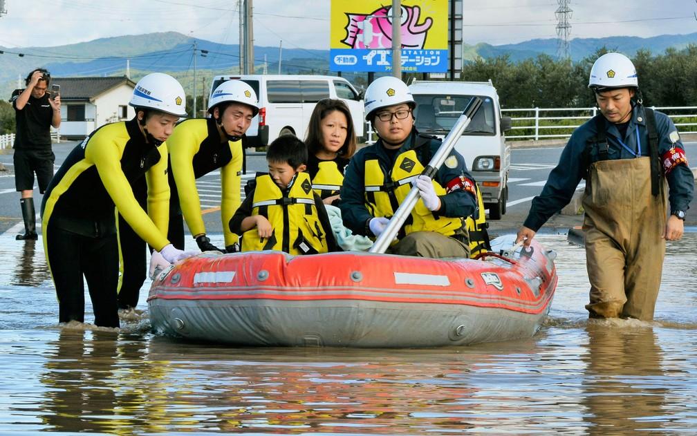 Equipe de resgate usam barco de borracha para retirar moradores de áreas alagadas Fukushima — Foto: Kyodo News / via AP Photo