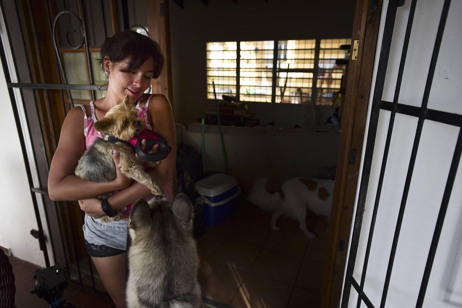 Lissette Echavarria segura Oliver, um cão abandonado que ela salvou após o furacão Irma, na comunidade de Cole Bay, em St. Martin