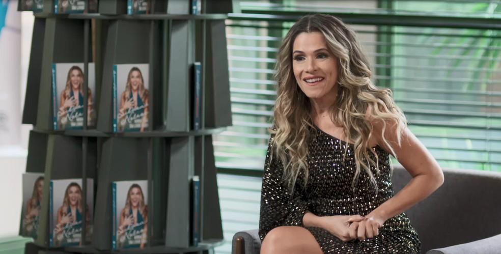 Silvana Nolasco (Ingrid Guimarães) durante a coletiva de imprensa sobre o seu livro em 'Bom Sucesso' — Foto: Globo
