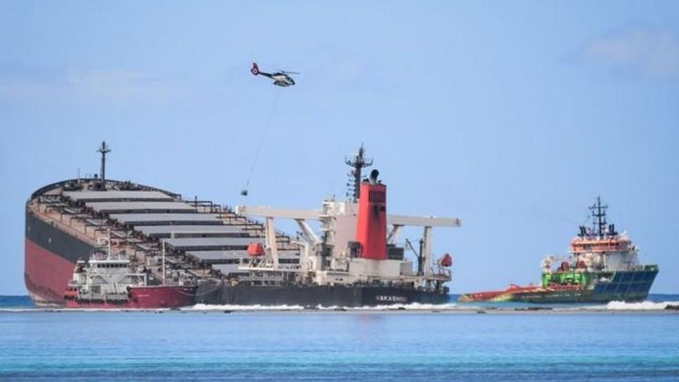 O MV Wakashio já derramou cerca de mil toneladas de petróleo no mar — Foto: Getty Images/BBC