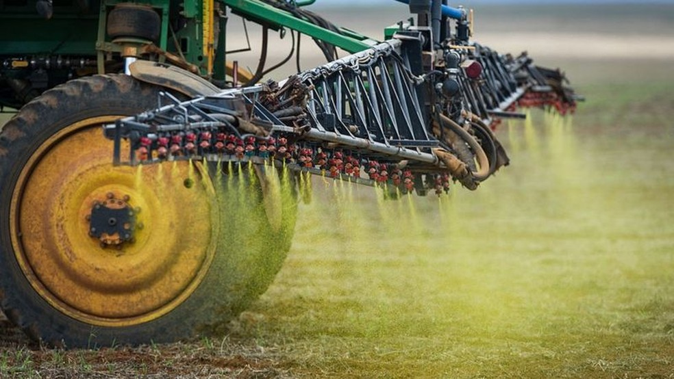 Grandes culturas de soja e milho transformaram o Brasil no principal comprador de agrotóxicos do mundo — Foto: AFP