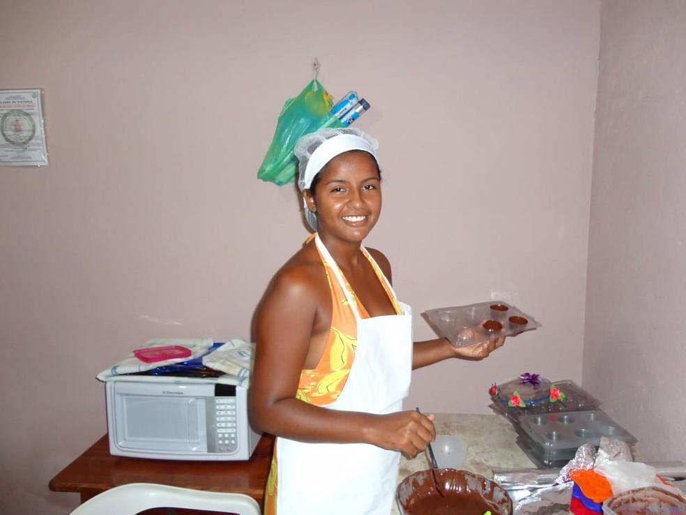 Após casamento, Ângela passou a fazer doces e empadas, que eram vendidos em órgãos públicos, praças e outros lugares pelo marido — Foto: Ângela Martins/Arquivo Pessoal