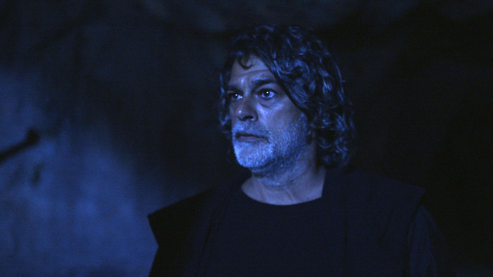 León em sua forma humana (Eduardo Moscovis) aparece no caminho de Eurico (Dan Stulbach), em 'O Sétimo Guardião' — Foto: TV Globo