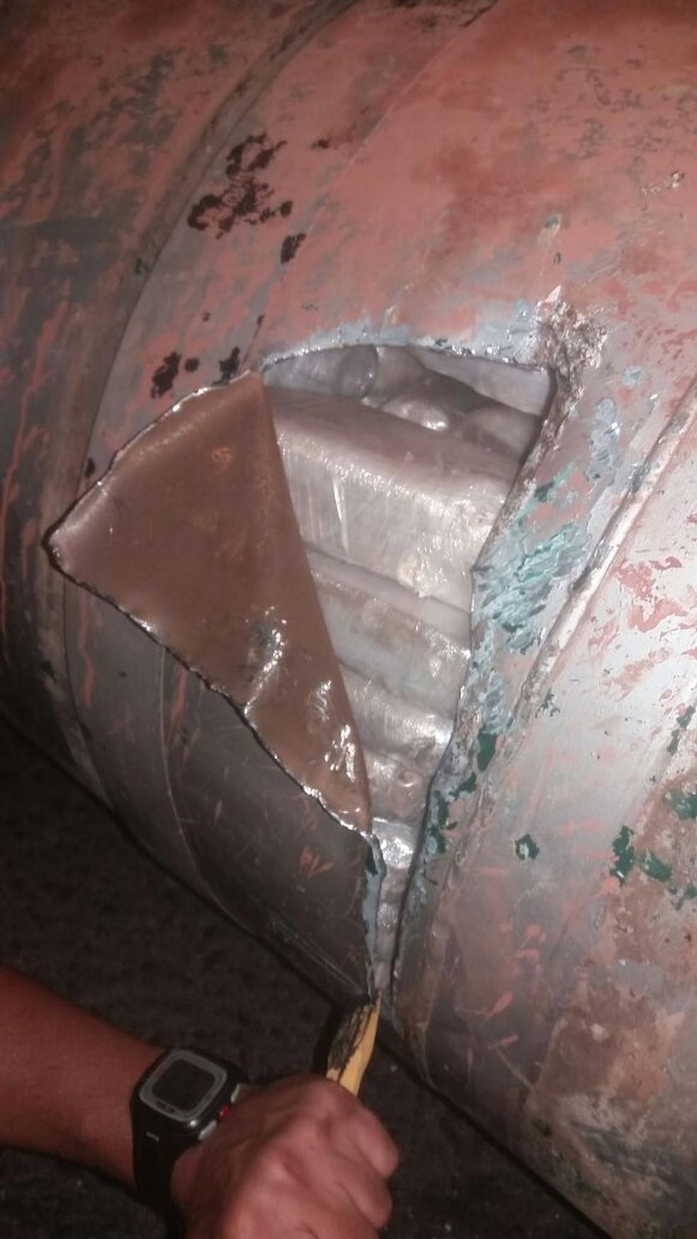 Policiais retiraram 300 tabletes de pasta base de cocaína de dentro do tanque de combustível (Foto: Polícia Federal de MT/Assessoria)
