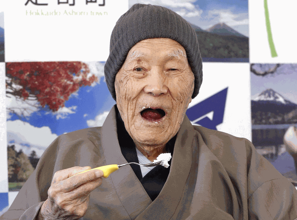Masazo Nonaka, que gosta de doces, recebeu título em cerimônia nesta terça. (Foto: Kyodo/via REUTERS)