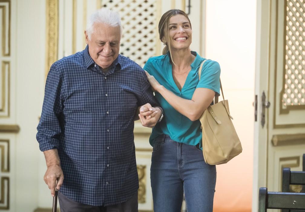 """Alberto (Antonio Fagundes) e Paloma (Grazi Massafera) em cena de """"Bom sucesso"""" — Foto: Globo/João Miguel Júnior"""