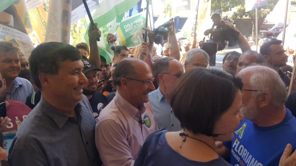 O candidato do PSDB, Geraldo Alckmin, durante caminhada em Piracicaba (SP). — Foto: Paulo Gonçalves/EPTV