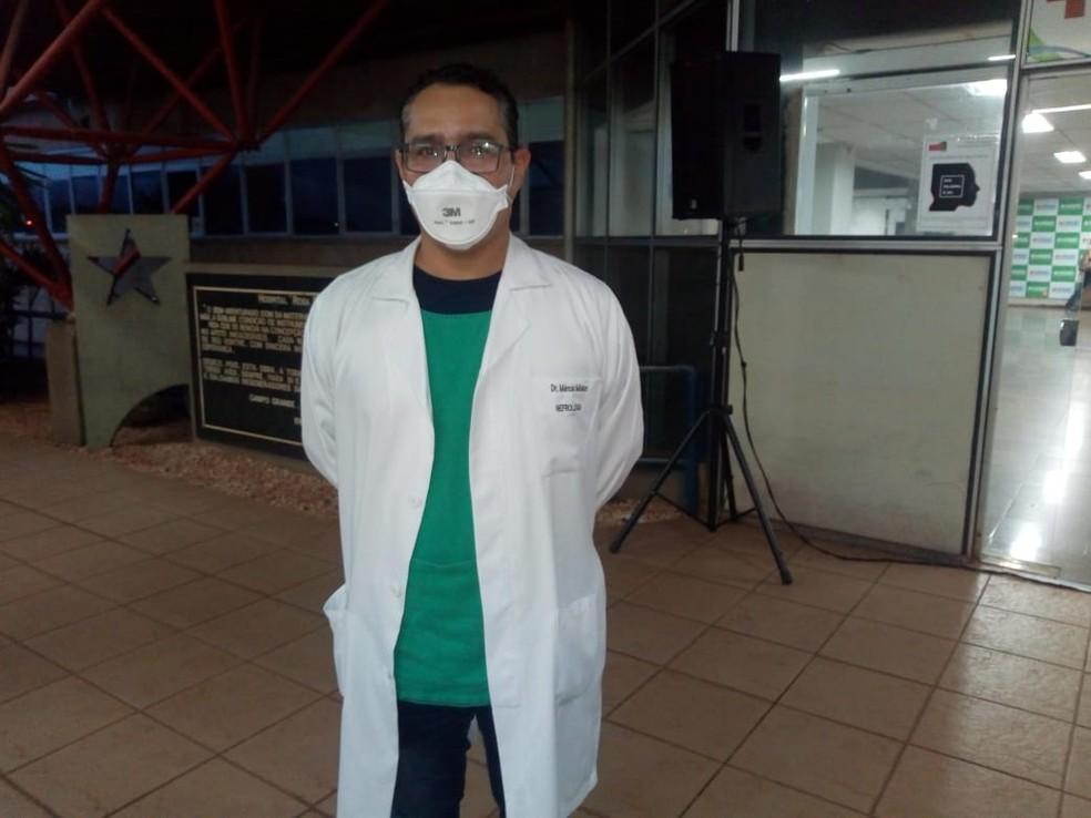 Médico que cuidou de mais de 100 pacientes com Covid-19 se vacina contra o vírus em MS — Foto: David Melo/ TV Morena