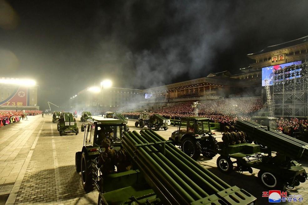 Tratores levam armamento em desfile militar na Coreia do Norte nesta quinta (9) — Foto: AFP PHOTO/KCNA VIA KNS