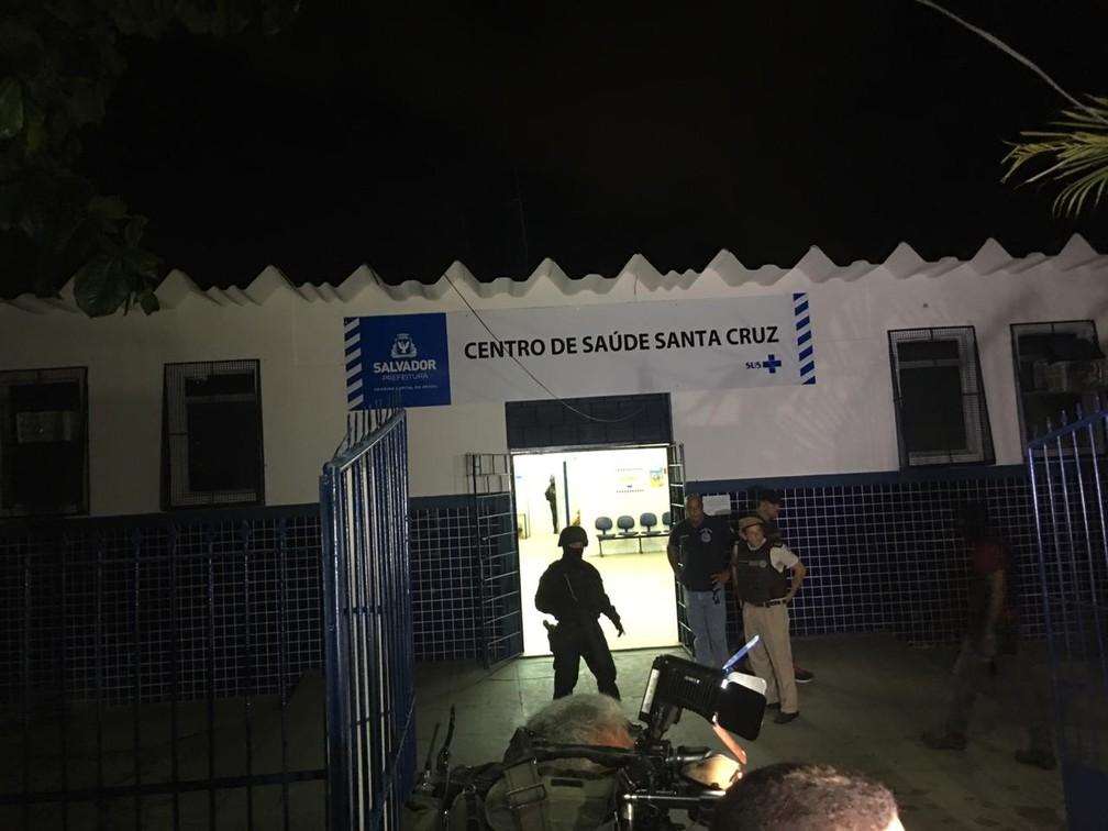 Servidores são feitos reféns em posto de saúde do bairro da Santa Cruz, em Salvador — Foto: Alan Oliveira/ G1