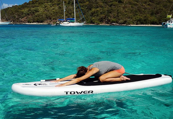 Yoga no paddle board. Que vida difícil, #sqn!  (Foto: Reprodução/Facebook)