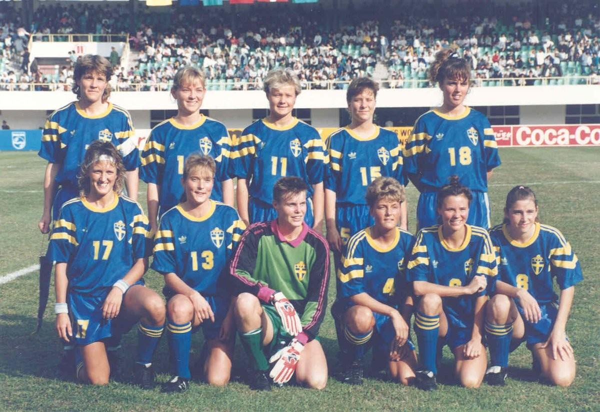 Lena Videkull (no canto superior esquerdo) no dia em que bateu o recorde de gol mais rápido da Copa do Mundo de Futebol Feminino, em 1991 (Foto: Reprodução/Twitter)