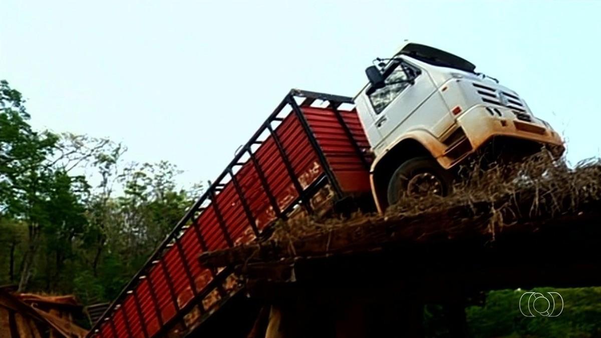Caminhão que levava gado fica pendurado em ponte após estrutura ceder em Serranópolis, GO