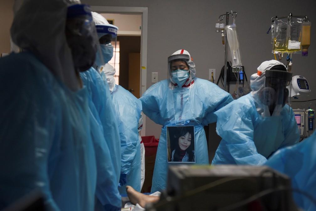 Foto de 12 de dezembro de 2020 mostra profissionais de saúde em volta de paciente que morreu no setor de Covid-19 de hospital em Houston, no Texas — Foto: Callaghan O'Hare/Reuters