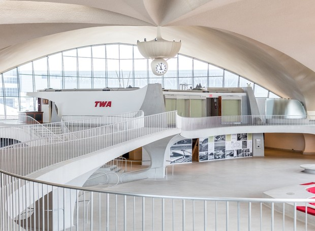 O visual futurista é dado pelas linhas curvas no interior, que também lembram a arquitetura modernista (Foto: David Mitchell/ Reprodução)
