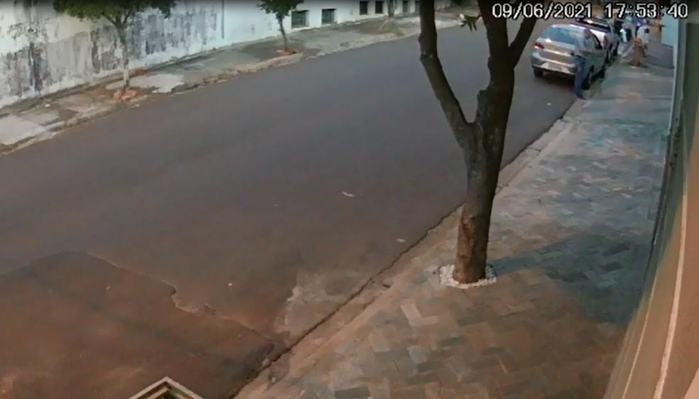 Imagens da câmera de segurança mostram corretor em frente ao seu carro ao chegar na casa onde foi morto em Bauru (SP) — Foto: Circuito de segurança