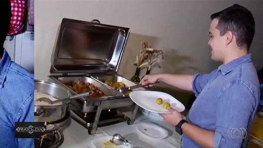 Chef de cozinha ensina receita de rocambole suíno recheado