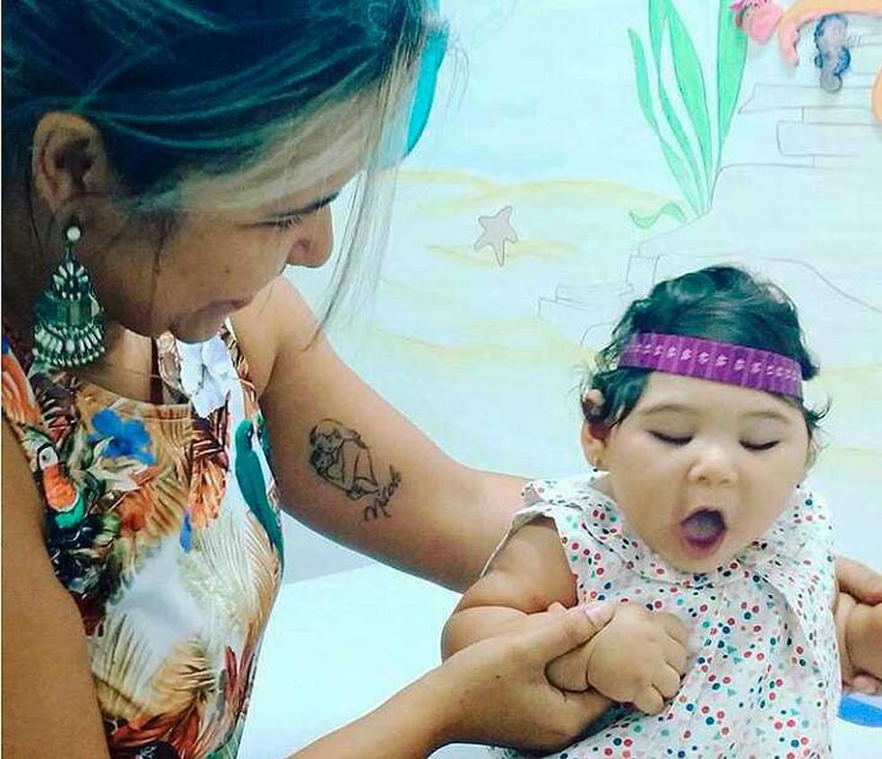 Ingrid com a filha Nicole em Salvador. Dificuldades no tratamento fizeram com que a mãe apertasse o orçamento para contratar plano de saúde (Foto: Arquivo Pessoal)