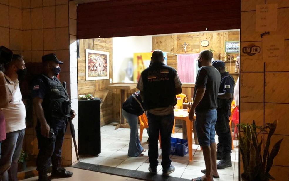 Bar em Feira de Santana, aberto durante toque de recolher na Bahia, foi interditado — Foto: Bruna Evangelho/TV Subaé