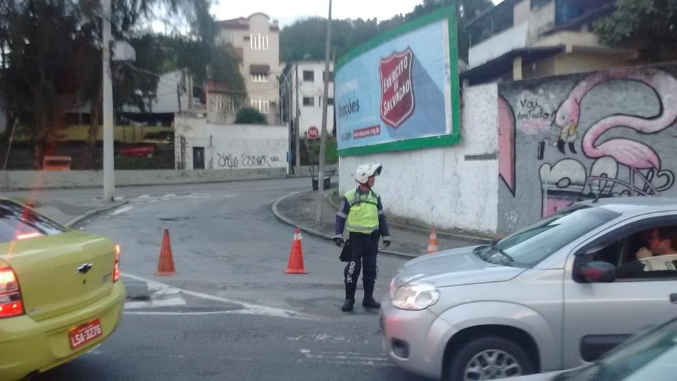 Acesso à serra foi fechado para operação no Lins (Foto: Reprodução/Centro de Operações Rio)