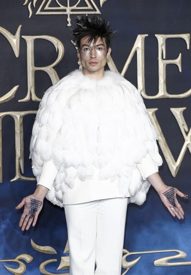 Ezra Miller de Givenchy couture em Londres (Foto: Getty Images)